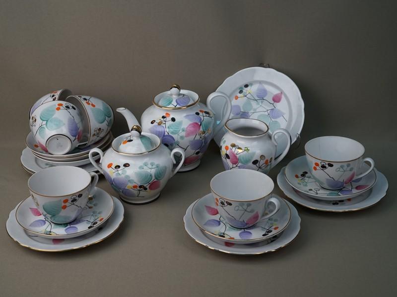 Сервиз чайный на 6 пресон (21 предмет: 6 чайных пар, 6 тарелок, чайник, сливочник, сахарница), фарфор, роспись, золочение. ЛФЗ, 1960-е годы (трещина на одной чашке и на внутренней стороне крышки сахарницы, незначительный скол на носике чайника)