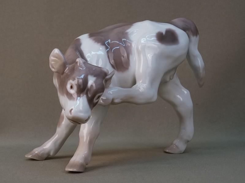 Скульптура «Телочка чешет ухо», фарфор, роспись. Дания, B&G, 1950-е годы, длина 19см