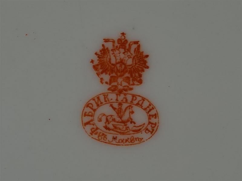 Тарелка «Дама плетущая венок», фарфор, деколь, золочение. Завод Гарднера, диаметр 18см, конец XIX века