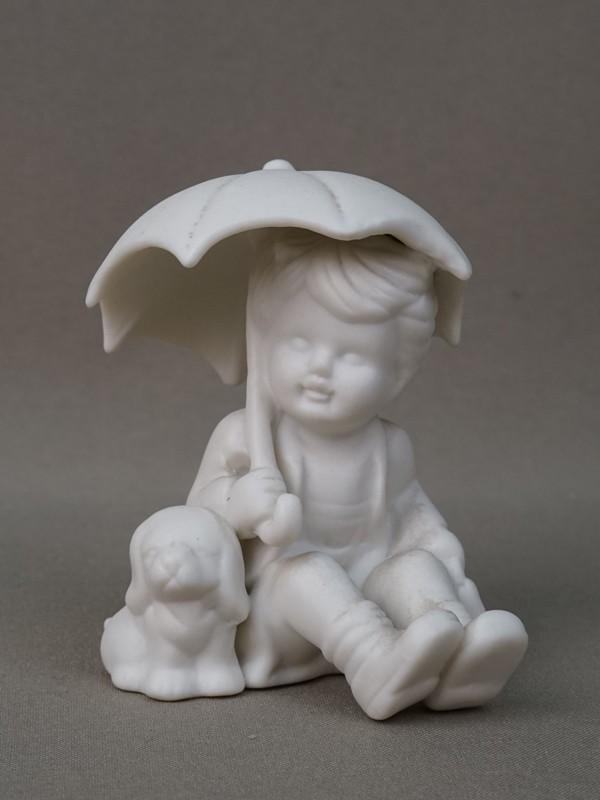 Скульптура «Мальчик со щенком под зонтиком», бисквит. Германия, середина XX века, высота 9см