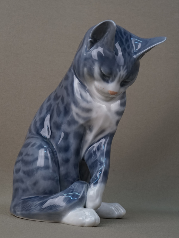 Скульптура «Кошка», фарфор, роспись. Дания Royal Copenhagen, вторая половина XX века, высота 28см