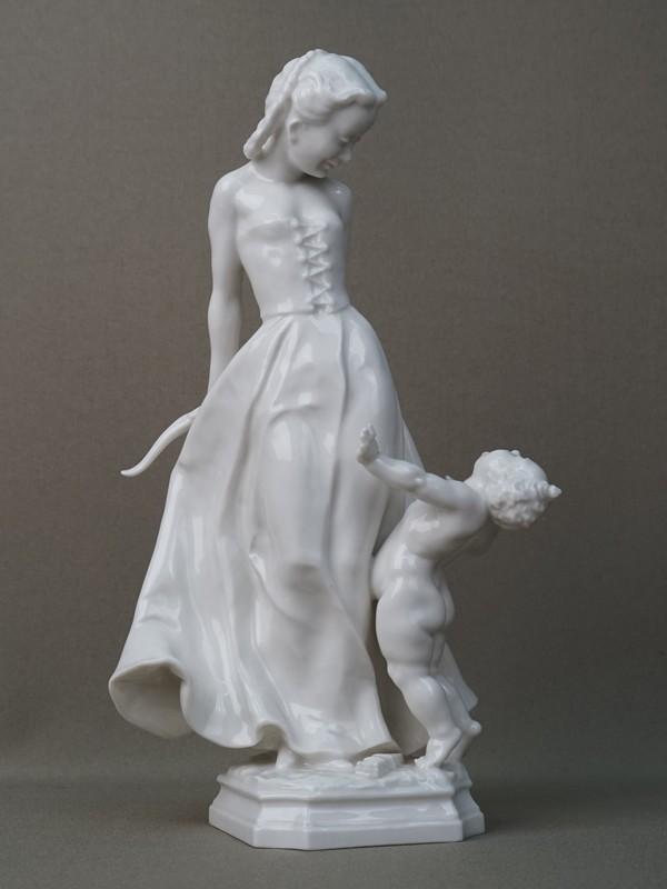 Скульптура «Девушка дразнит Амура», фарфор. Германия, Hutschenreuther, 1950-е годы, высота 24см