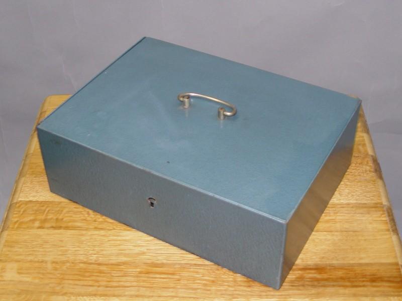 Сейф портативный, железо, покраска, ХХ век, 113 × 33 × 24см.