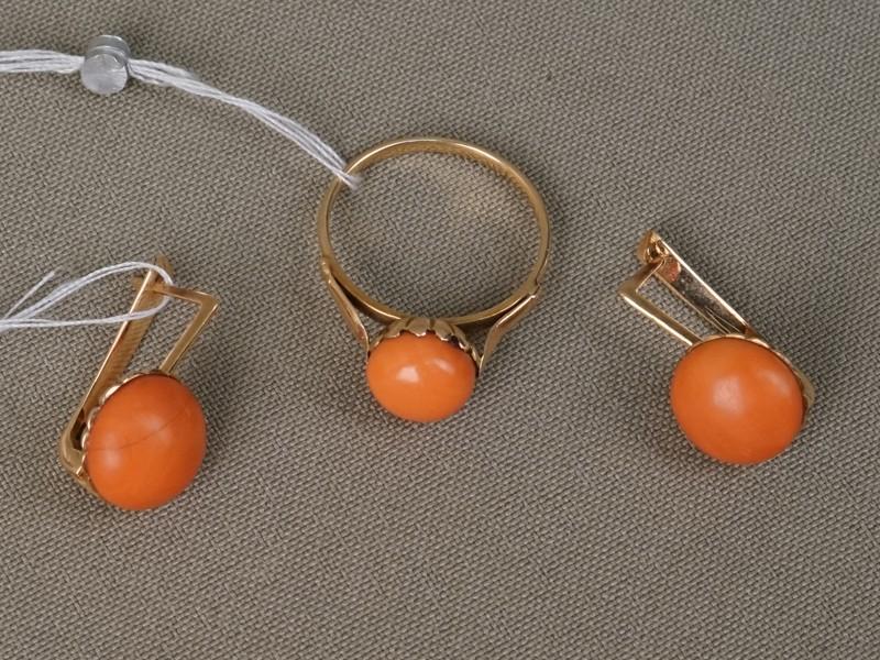Комплект: серьги и кольцо, золото по реактиву, кораллы, общий вес 7,13г. Размер кольца 16,8