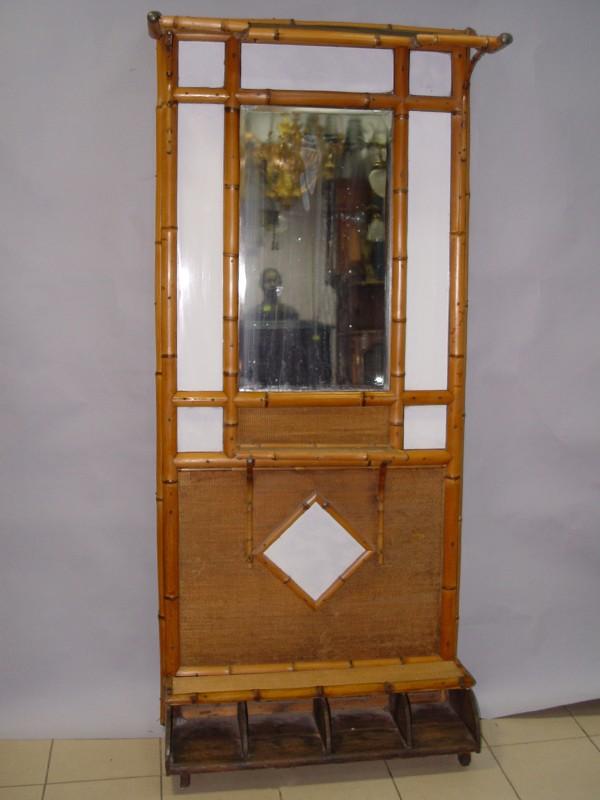Прихожая, 2 предмета (стойка с зеркалом и вешалка), бамбук, пластик, начало ХХ века, 199 × 89 × 34см (стойка с зеркалом), 43 × 94 × 20см (вешалка). Предметы требуют реставрации