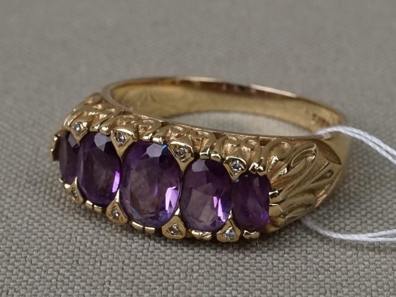 Кольцо «Дорожка», золото по реактиву (375 пробы)Англия, общий вес 5,17г. Вставки: 5 аметистов («Овал»), 8 бриллиантов (Кр17 – 0,025ct 3/3). Размер кольца 18,2.