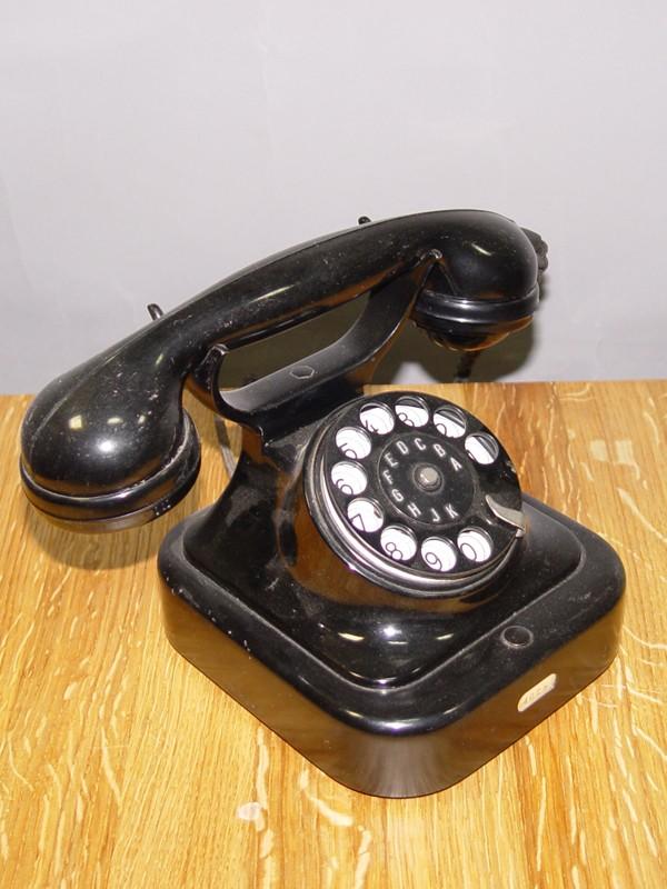 Телефон фирмы «Сименс» («Siemens»), металл, 1920-е годы. 17 × 26 × 15см