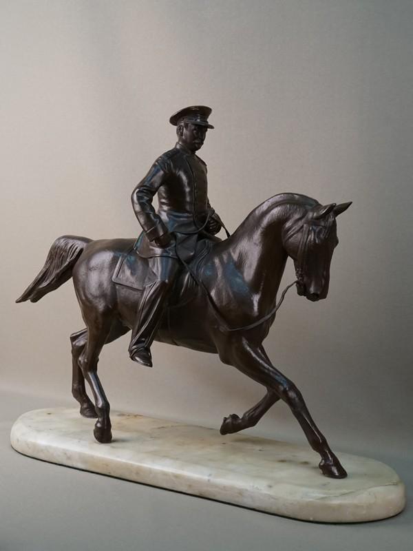 Скульптура «Генерал Брусилов на коне», чугун, литье, покраска; постамент камень, высота 40см, длина 50см