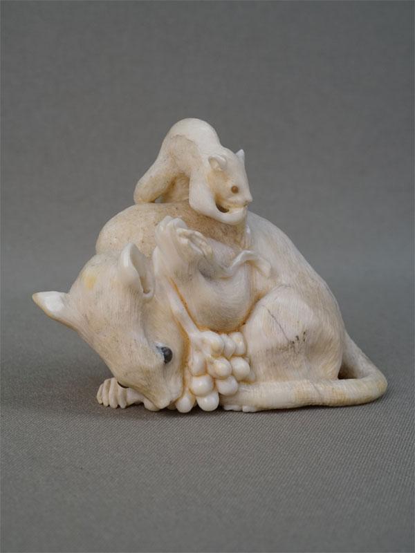 Окимоно «Две крысы», кость, резьба, высота 6,2см. Япония, XIX век