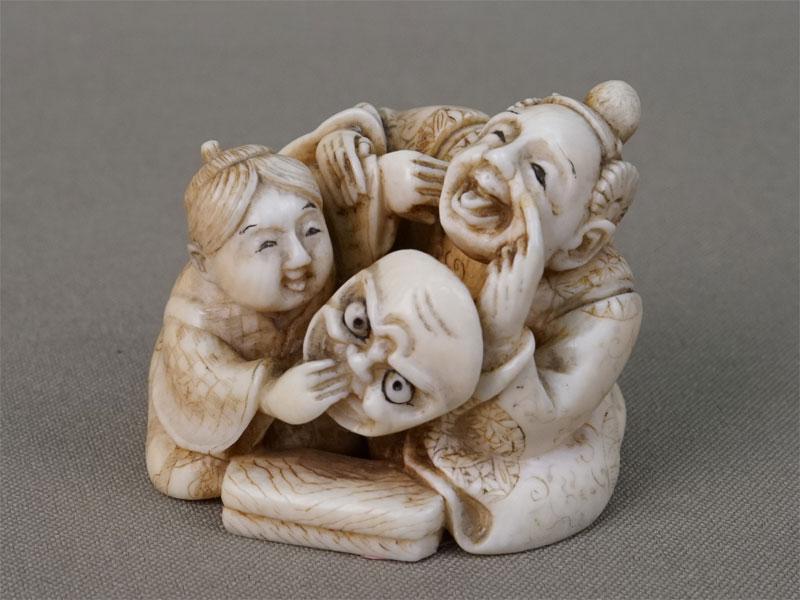 Нэцкэ «Два актера с маской», кость, резьба, высота 3,9см. Япония, XIX век