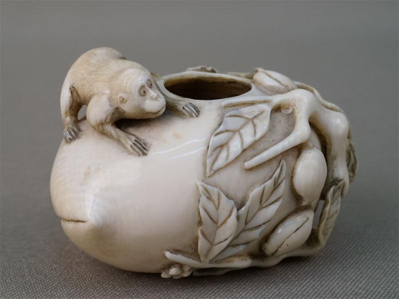Окимоно «Обезьяна на персике», кость, резьба, длина 5,5см. Япония, XIX век
