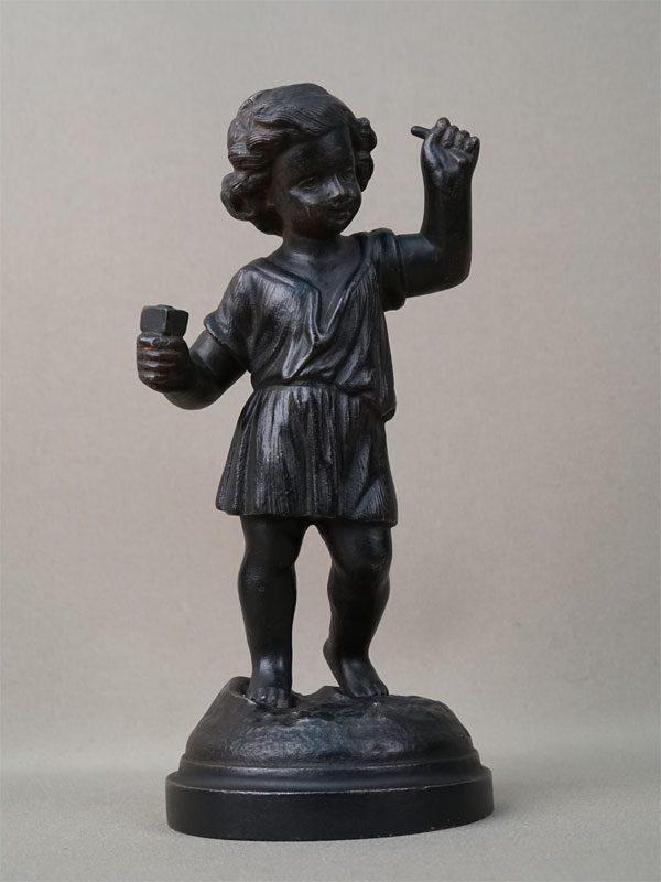 Скульптура «Мальчик-скульптор», чугун, литье, покраска, высота 21см. Кусинский завод, конец XIX – начало XX века