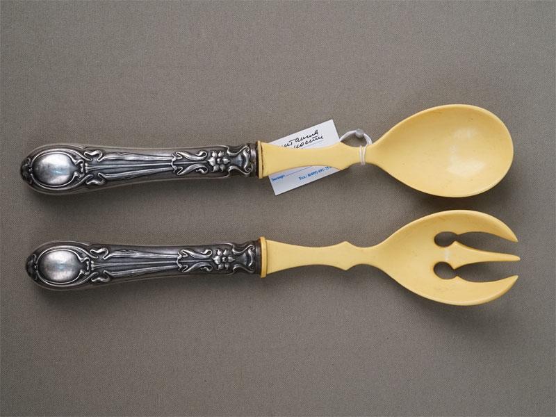 Сервировочный набор в стиле модерн (вилка и ложка), серебро 800 пробы по реактиву, пластик, общий вес 129г.