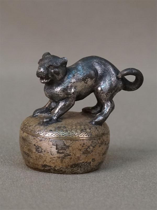 Пробка «Кошка», латунь, серебрение, начало XX века, высота 3,5см