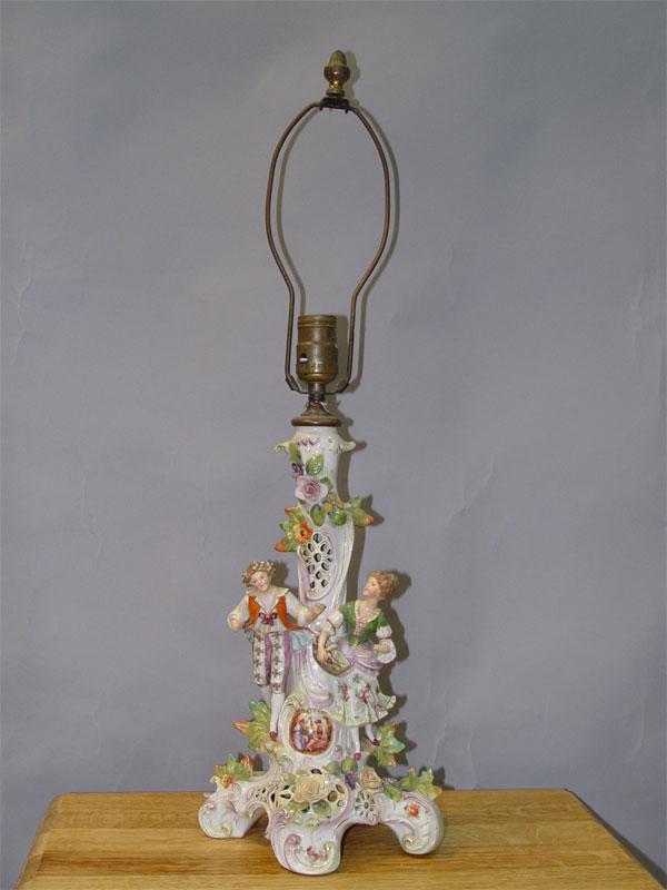 Лампа настольная «Пасторальная сцена», фарфор, роспись, деколь. Германия, ХХ век, высота 66см (реставрация, повреждения, утраты, проводка неисправна)