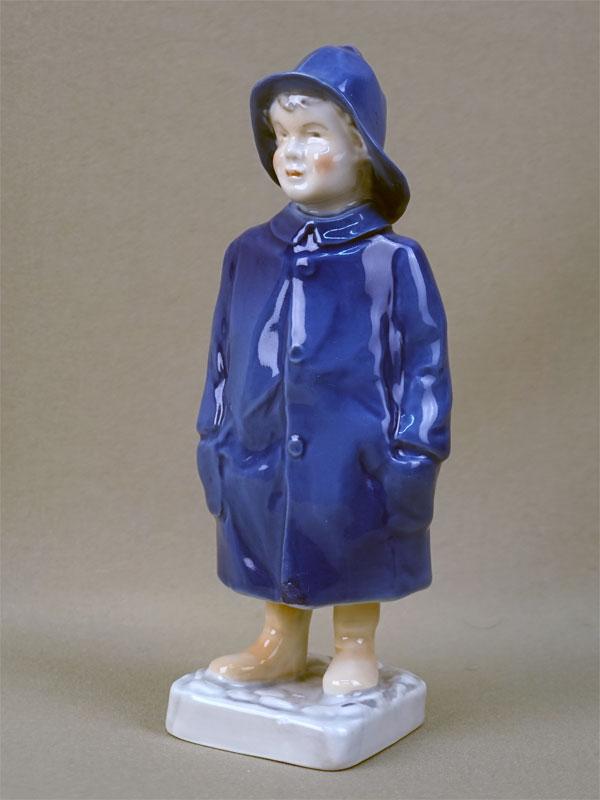 Скульптура «Мальчик в дождевике», фарфор, роспись. Дания, Копенгаген,  B&G, вторая половина XX века, высота 18см