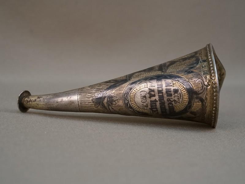 Рожок для кормления младенца, серебро 84 пробы, чернь, золочение, надпись «Богъ милует и питает младенцы своя», общий вес 37,8г., длина 12,5см, 1826 год.