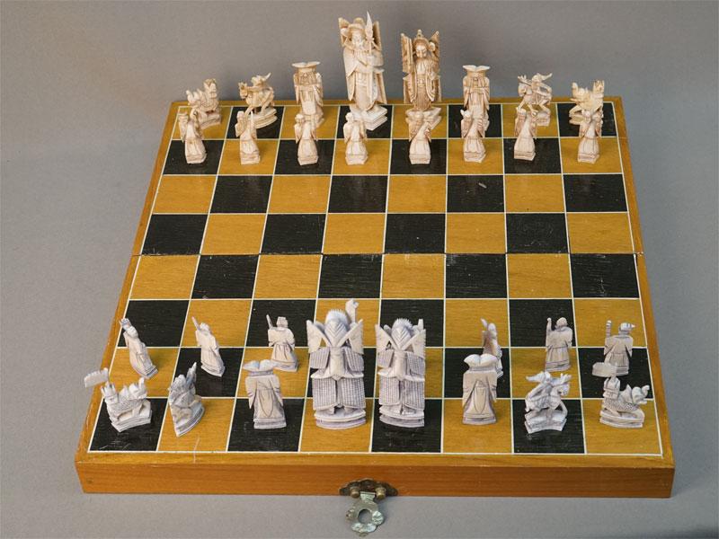 Шахматы с доской (подбор), 32 шт., кость, резьба. Китай, XX век, высота фигур максимальная 12см