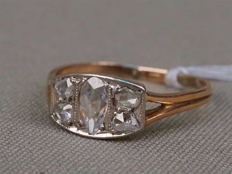 Кольцо, золото 583 пробы, вставки: бриллианты (5 бр «роза» ~0,30ст), общий вес 1,91г. Размер кольца 17,5.