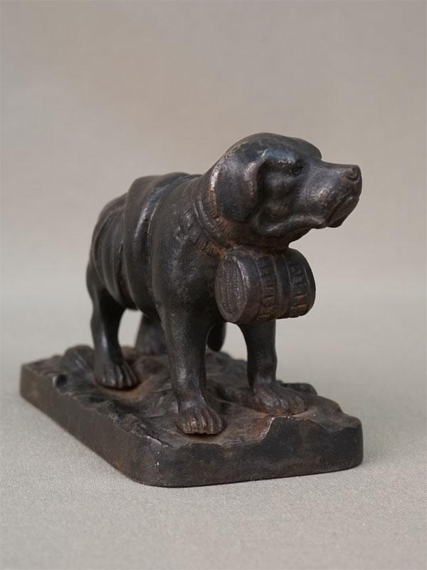Скульптура «Собака-спасатель Сен Бернар», чугун, литье, покраска, длина 11,5см. Кусинский завод, конец XIX – начало XX века
