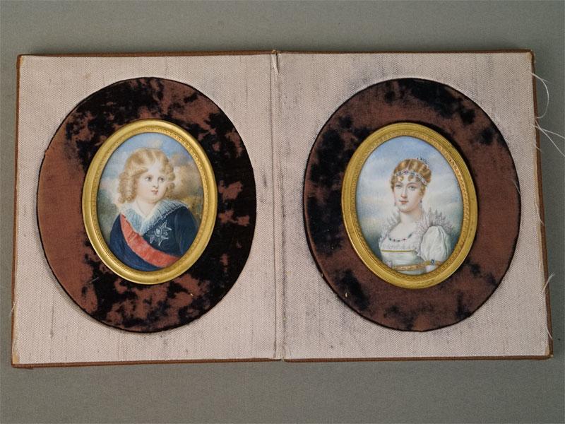 Парные миниатюрные портреты «Наполеон II» и «Мария Луиза»,  в бронзовых золоченых рамках и футляре с гербом Наполеона I. Кость, живопись, авторская подпись, конец XIX – начало XX века, 8,5 × 7см (каждый портрет), 18 × 15см (футляр). На портретах изображены вторая жена Наполеона I и их сын.