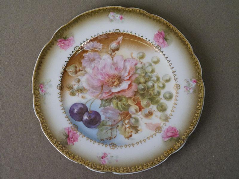 Тарелка «Цветы и фрукты», фарфор, деколь с подрисовкой, золочение. Завод Гарднера, конец XIX века, диаметр 18см