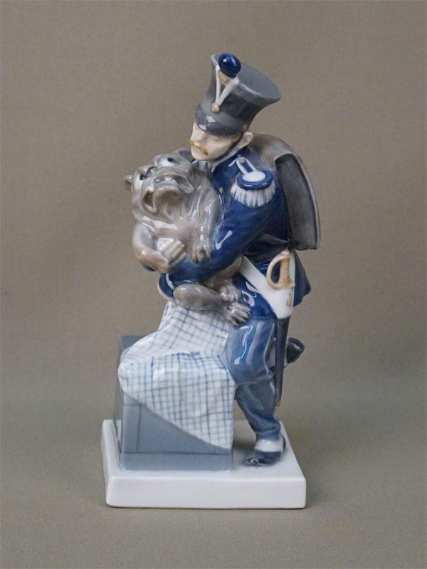 Скульптура «Солдат и волшебная собака (по сказке Г.-Х. Андерсена «Огниво»), фарфор, роспись. Дания, Royal Copenhagen, 1950-е годы, высота 18см