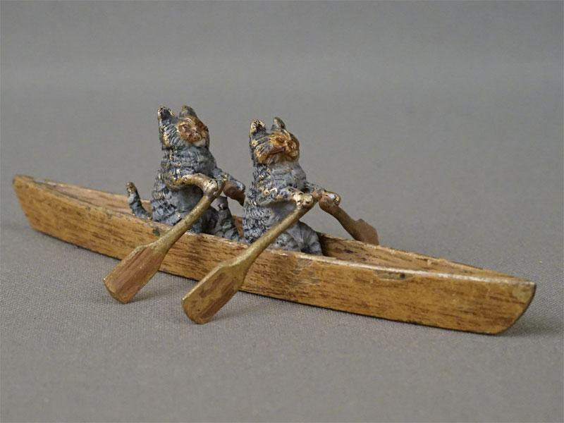 Миниатюрная скульптура «Две кошки в лодке», венская бронза, конец XIX – начало XX века, длина 11,5см