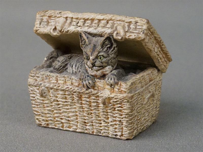 Миниатюрная скульптура «Кошка в плетеном сундучке», керамика, роспись,  начало XX века, длина 4см