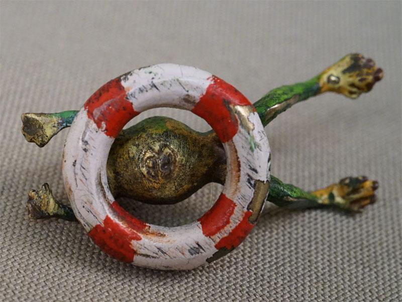 Миниатюрная скульптура «Лягушка и спасательный круг», венская бронза, конец XIX – начало XX века, длина 3,2см