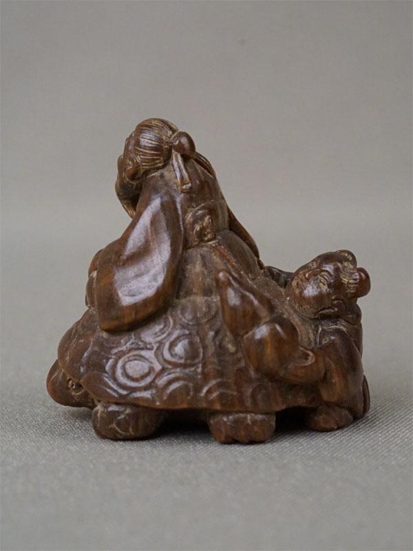 Нэцкэ «Лао Цзы на черепахе и карако», дерево, резьба. Япония, начало XX века, длина 3,8см  Лао-цзы — философ и мудрец, основатель учения Дао. Черепаха – символ мудрости и долгой жизни.