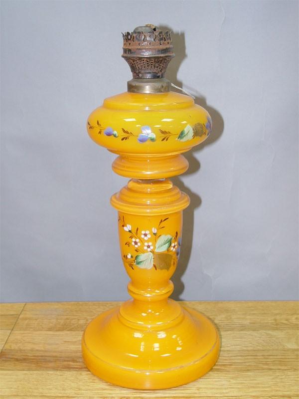 Лампа керосиновая «Полевые цветы», желтое стекло, роспись эмалевыми красками, конец  XIX века, 40 × 18см (в нерабочем состоянии)