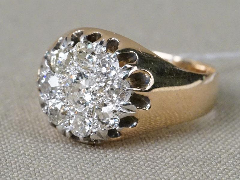 Кольцо, золото 585 пробы, общий вес 4,77г. Вставки: бриллианты (1бр «Старой» огр. – 0,21ct 4/6; 8бр «Старой упр.» огр. – 0,83ct 4-5/5-6). Размер кольца 17