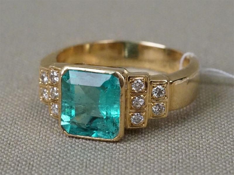 Кольцо, золото 750 пробы, общий вес 7,81г. Вставки: 10 бриллиантов (Кр57 – 0,20ct 4/4-6); 1 изумруд (2,40ct 4/Г3). Размер кольца 17.5