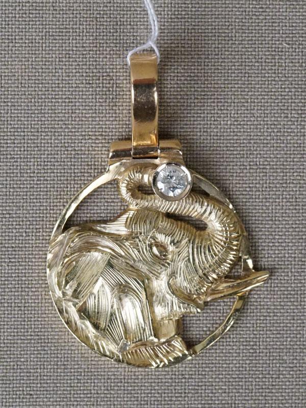 Подвеска «Слон», золото по реактиву (585 пробы), общий вес 11,8г. Вставки: 1 бриллиант (Кр57 – 0,20ct 4/6)