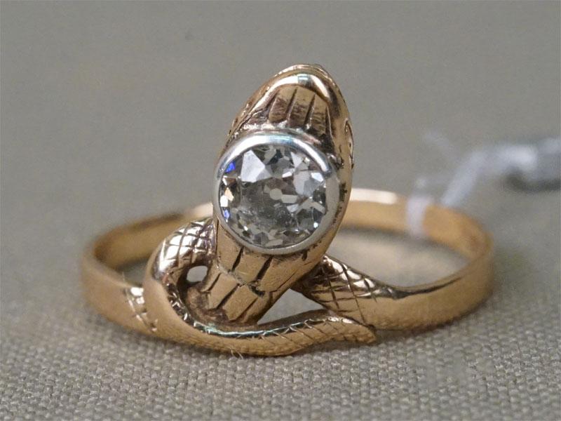 Кольцо «Змея», золото по реактиву, общий вес 2,67г. Вставки: 1 бриллиант («Старой» огр. – 0,56ct 6/6). Размер кольца 18,25