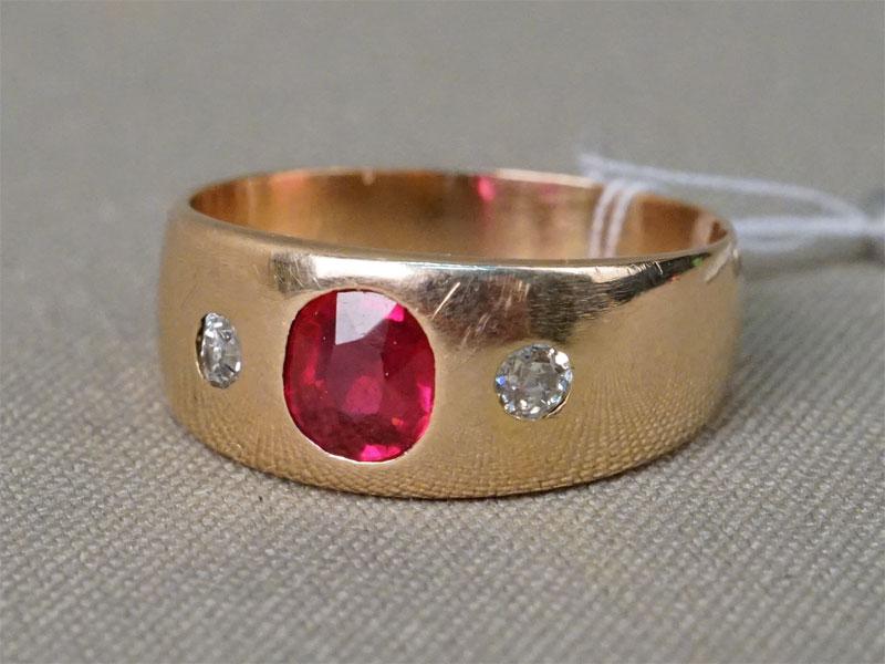 Кольцо, золото 56 пробы, общий вес 5,54г. Вставки: 2 бриллианта («Старой» огр. – 1,14ct 3/4); 1 рубин выращенный. Размер кольца 19
