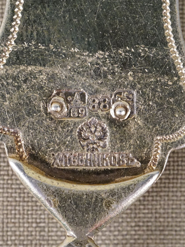 Крест наперсный с цепью, серебро 88 пробы, золочение, эмаль, выращенные рубины, фианиты; общий вес 151,33г., 1889 год, клеймо «Хлебников». Дарственная надпись.