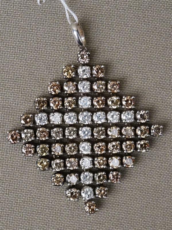 Подвеска «Крест», золото 750 пробы, общий вес 14,72г. Вставки: бриллианты (15бр Кр57 – 1,39ct 4/5-6; 46бр Кр57 – 4,25ct 6-7/5-6)