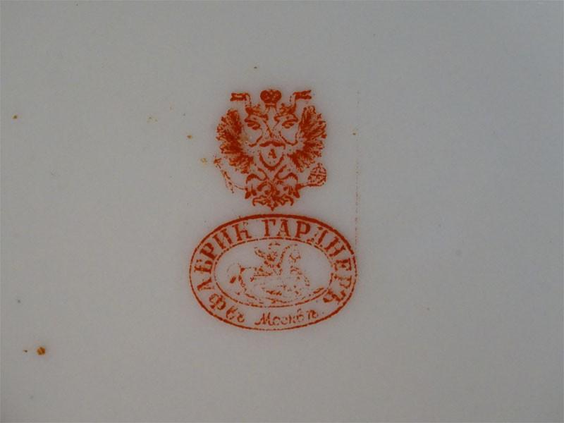 Шесть тарелок «Галантные сцены», фарфор, деколь, золочение. Завод Гарднера, конец XIX — начало XX века, диаметр 15см (скол)
