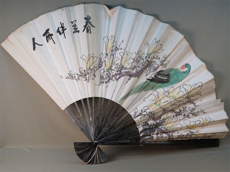 Веер декоративный «Попугай», дерево, бумага. Китай, середина XX века, длина 90см