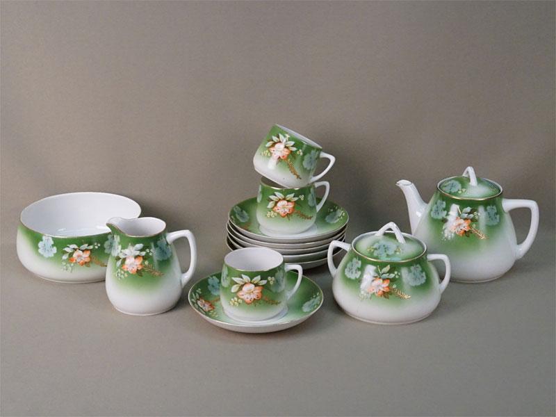 Сервиз чайный на 3 персоны: три чайные пары, полоскательница, чайник, сахарница, молочник, три блюдца. Фарфор, роспись по трафарету, живопись, золочение. Дмитровский фарфоровый завод, 1930-е годы