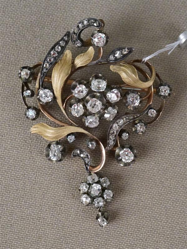 Брошь-подвеска, золото по реактиву, общий вес 14,02г. Вставки: бриллианты (25 бр. «Старой упрощенной» огр. — 2,12ct 3/3-4; 30бр «Роза»)