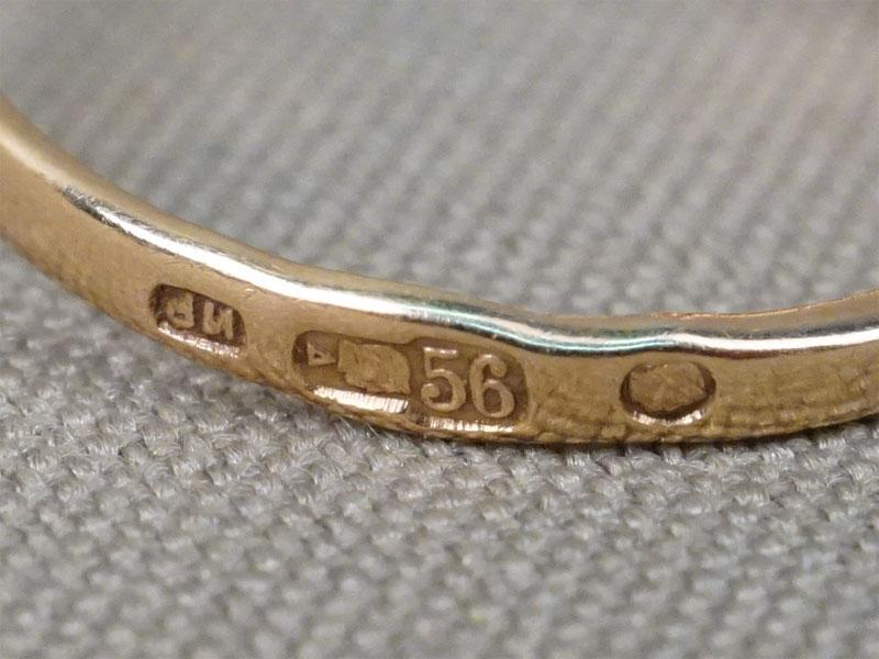 Кольцо, золото 56 пробы, вставки: демантоиды, красное стекло, общий вес 2,61г. Размер кольца 17,5