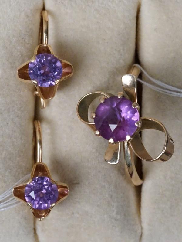 Комплект: серьги и кольцо, золото по реактиву (585 пробы), общий вес 6,81г. Размер кольца -19.5