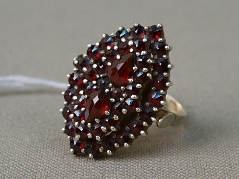 Кольцо, серебро 925 пробы, гранаты, общий вес 4,74г. Размер кольца 17.