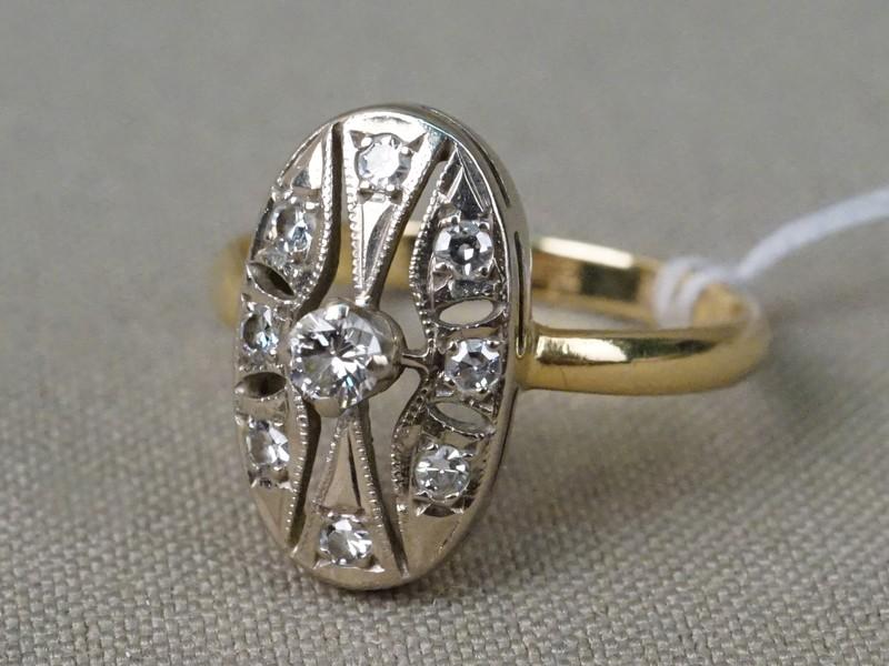 Кольцо, золото 750 пробы, общий вес 3,67г. Вставки: бриллианты (1бр Кр57 – 0,12ct 4/5; 8бр Кр17 – 0,20ct 3/3). Размер кольца 17,75.