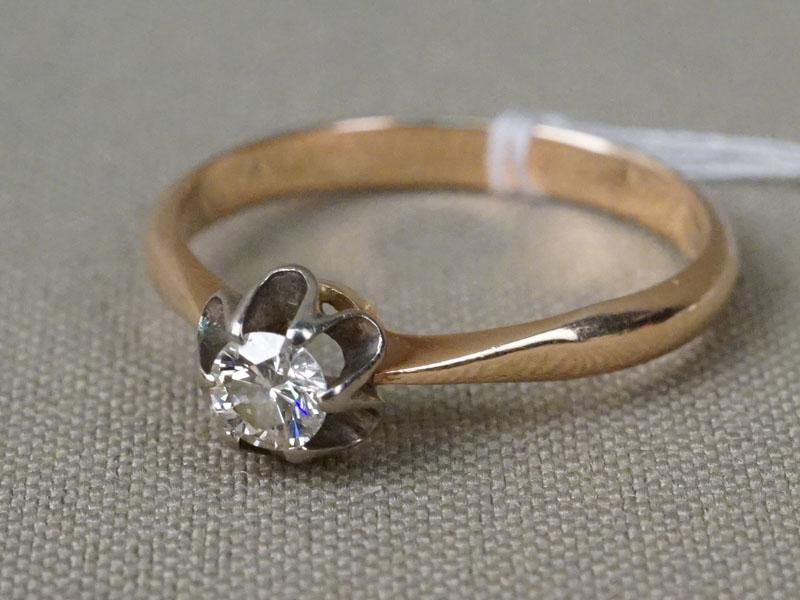 Кольцо, золото 583 пробы, общий вес 2,77г. Вставки: 1 бриллиант (Кр57 – 0,24ct 4/5). Размер кольца 18,5.