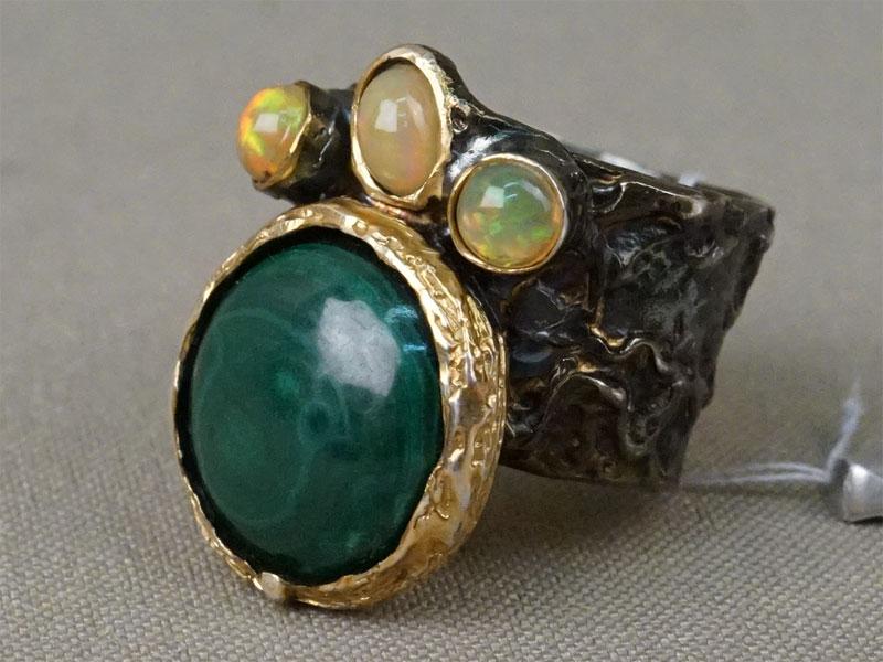 Кольцо, серебро 925 пробы, общий вес 13,54г. Вставки: малахит, опалы. Размер кольца 18,5.