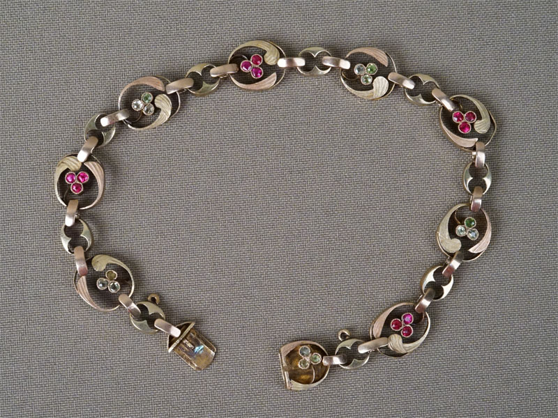 Браслет «Трилистники» золото 56 пробы, вставки: демантоиды, выращенные рубины, общий вес 13,78г.